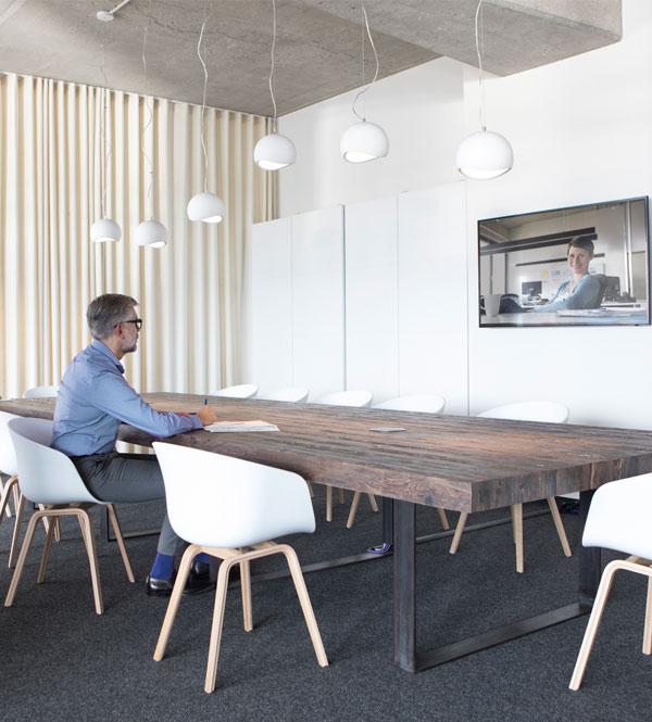Un empresario que tiene una reunión virtual