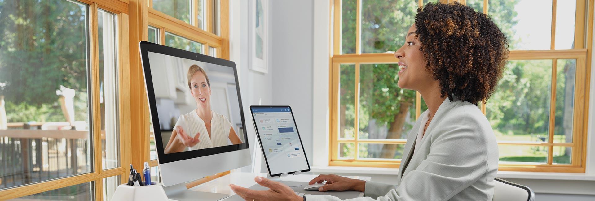 Una gerente de oficina en una llamada virtual con su asesor de recursos humanos