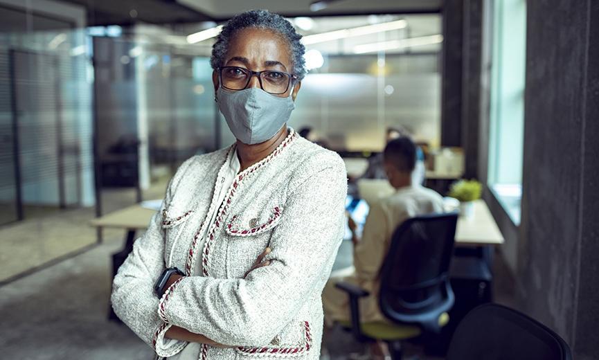 propietario de negocio que aprende sobre su papel en la vacunación contra el covid