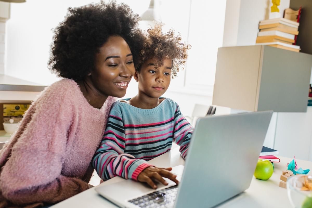Madre que enseña a su hija en casa