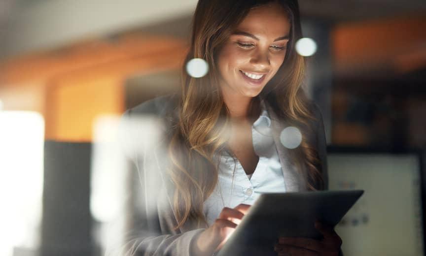 empresaria que revisa su lista de verificación de fin de año