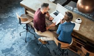 hombre y mujer sentados hablando