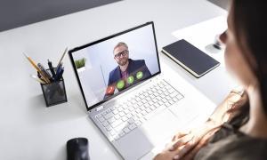 persona hablando con otra persona a través de video