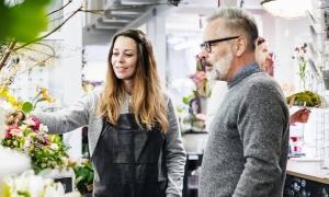 employee helping a customer