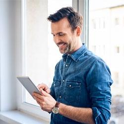 El propietario de una empresa que mira su tablet