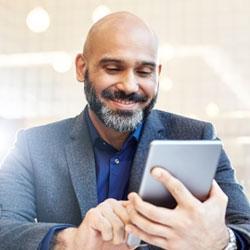 Una persona de negocios que hace preguntas sobre jubilación en un portal en línea