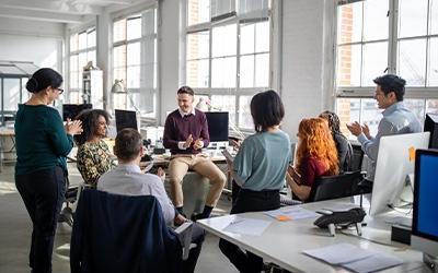 Empleados reunidos en una oficina