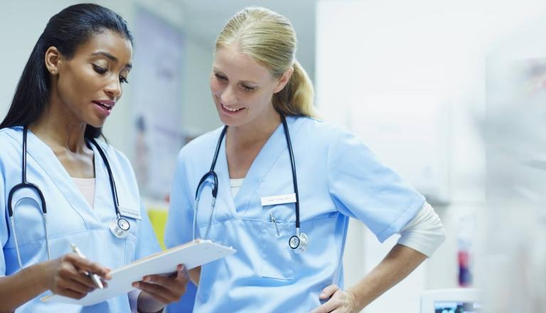 Las enfermeras en los hospitales se encuentran entre los trabajadores de la salud que la nueva norma temporal de emergencia de la OSHA pretende proteger porque tienen el mayor riesgo de contraer COVID-19 mientras trabajan.