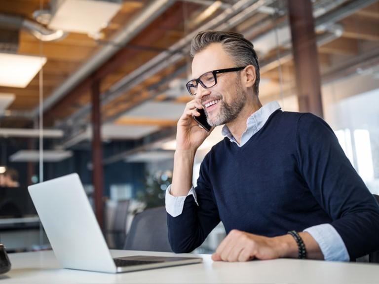Un empleado que escoge un plan 401(k) con asesoramiento de Paychex