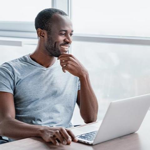 Empleado que aprende sobre salud mental en el lugar de trabajo