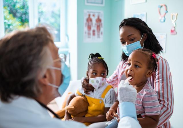 Una madre con sus hijos en el médico
