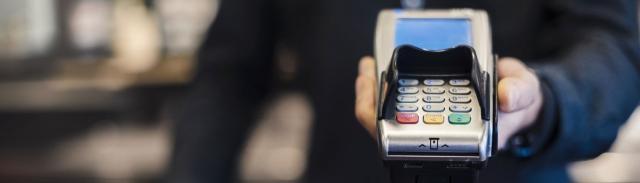 Un lector de tarjetas de crédito para el procesamiento de pagos