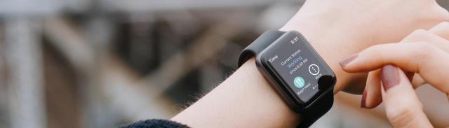 Un empleado que registra su horario con su reloj inteligente