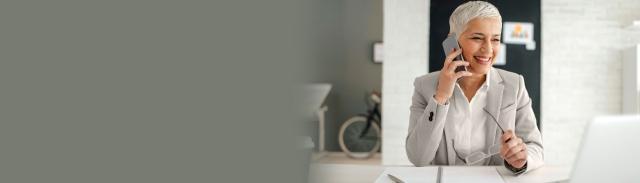 Empleada consultando a su asesor financiero