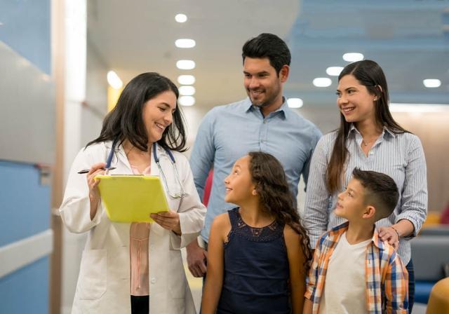 Una familia en el consultorio del médico