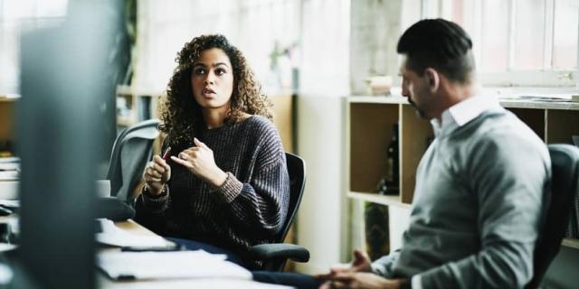 un empleador y un empleado trabajan en la capacitación y desarrollo de los empleados