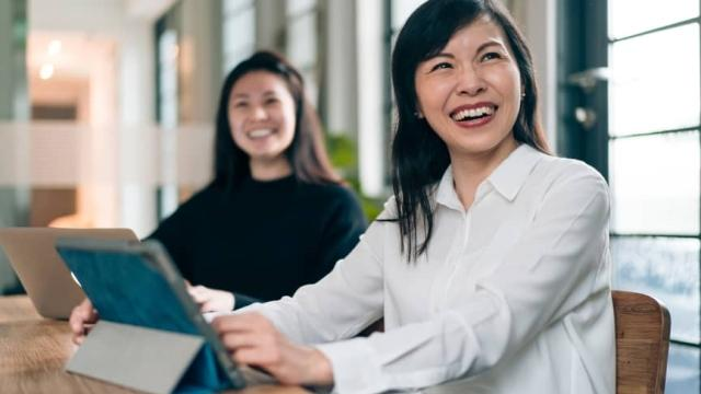 2 empleadores frente a computadoras trabajan para priorizar la lealtad de los empleados en el lugar de trabajo en medio de la gran dimisión
