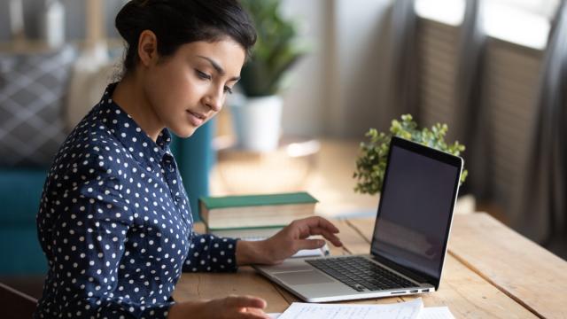 un empleador trabaja frente la computadora para atraer y retener a empleados a distancia
