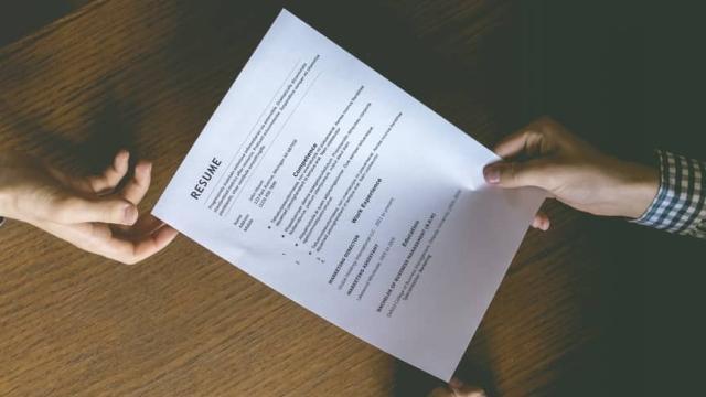 El primer paso del proceso de contratación es permitir que alguien entregue su currículum.