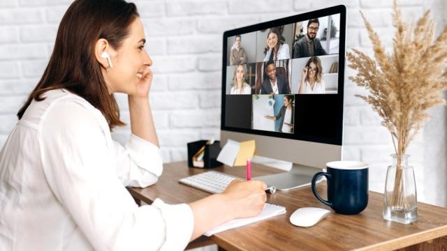 empleador trabajando en la capacitación virtual de empleados