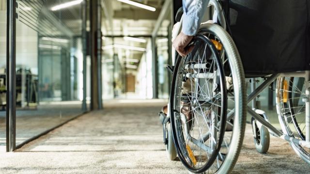 empleado que usa una silla de ruedas