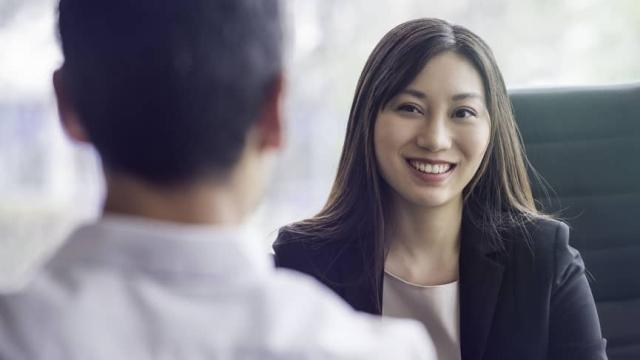 empleador contrata a un nuevo empleado