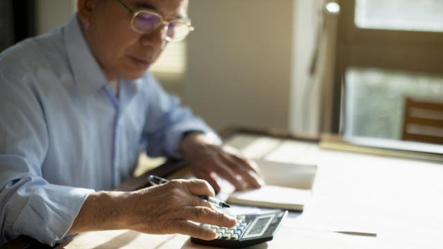 un empleado calcula sus impuestos