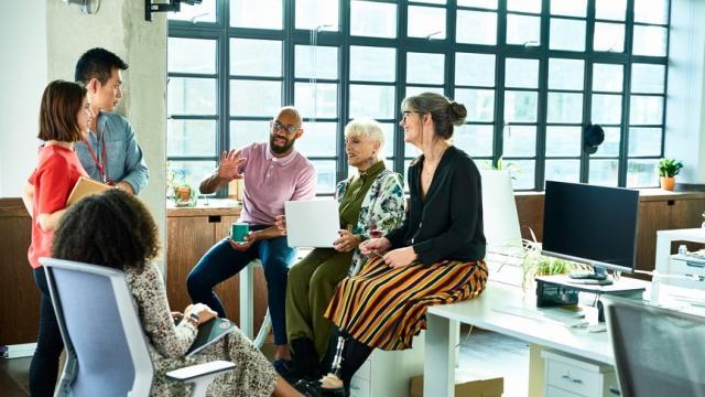 Colaboración de personal diverso en el trabajo