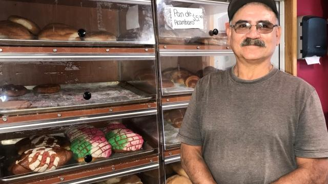 Francisco Morales, propietario de Ranchis Fiesta en Marion, Nueva York, exhibe sus panes y pasteles mexicanos tradicionales en su negocio.