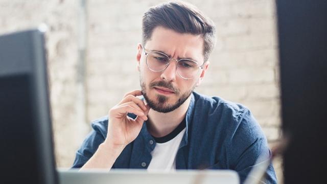 Hombre revisa análisis de deficiencias de habilidades.